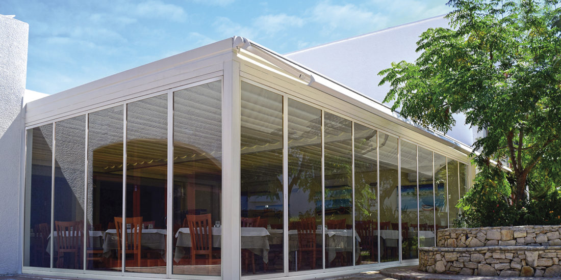sliding-concertina-glass-panels-pergola-restaurant