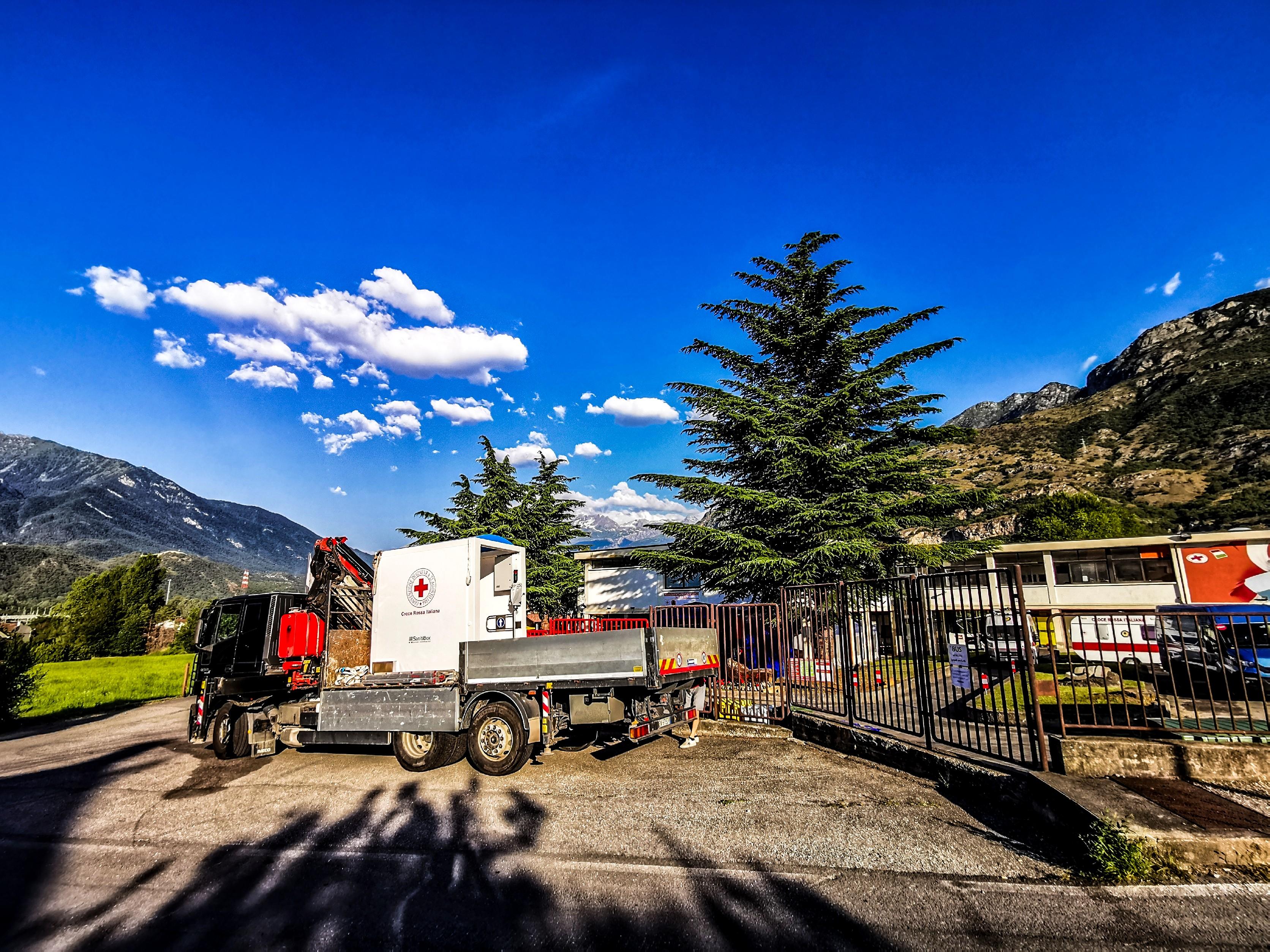 sprech dona un sanitibox a croce rossa italiana